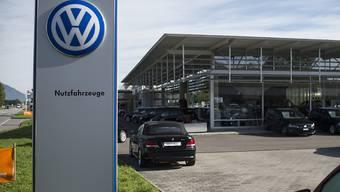 VW-Logo bei einer Amag-Garage in Buchs SG. Bei Schweizern sind VW-Autos trotz Abgas-Skandal noch immer am beliebtesten.