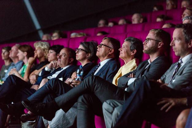 """Zum 18. Mal verliehen die az Medien den Kulturpreis der az Medien. Der Preis ging an die Suhrer Filmemacherin Petra Volpe, die mit ihrem Film """"Die Göttliche Ordnung"""" für einen Oscar nominiert ist. Die Preisverleihung fand im Kino Trafo in Baden statt."""