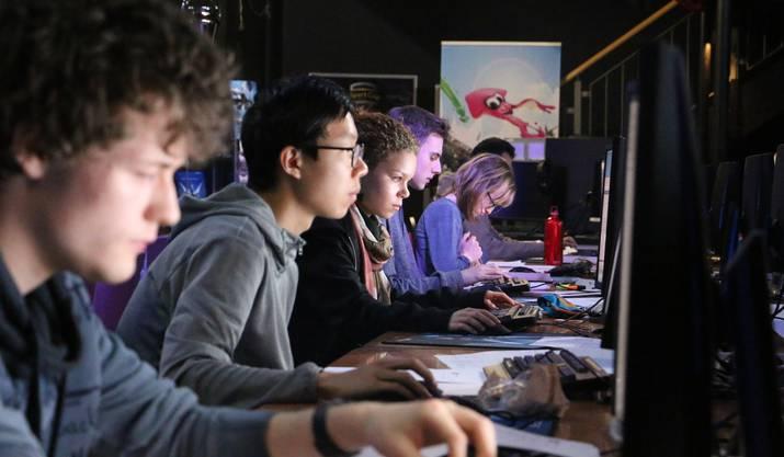 In der e-Sports-Bar von Lenovo in Zürich kämpften die Finalisten um die Medaillen.