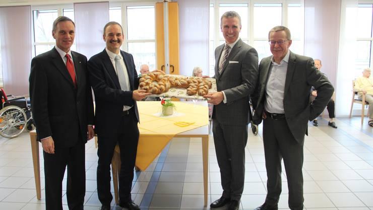 Schlüsselübergabe: Regierungsrat Jean-Pierre Gallati, Präsident Mike Lauper, Senevita-COO Daniel Braun, Gemeindeammann Roland Polentarutti (von links)