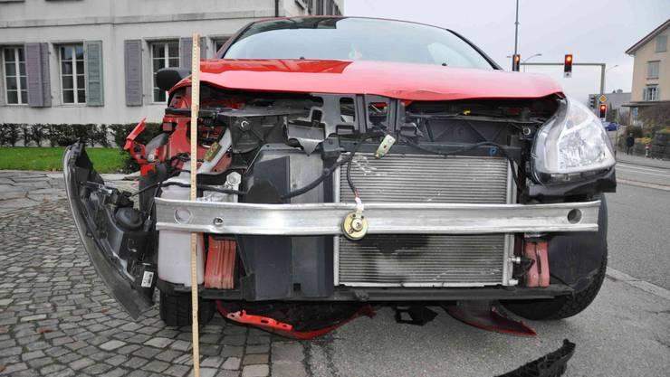 Die Front des roten Autos wurde stark in Mitleidenschaft gezogen.