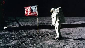 """Edwin """"Buzz"""" Aldrin und die US-Flagge auf dem Mond. Einige der Bilder der Mondlandung entstanden mit Hilfe von Objektiven der Firma Kern in Aarau. (Archivbild)"""