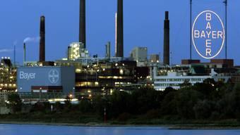 Der Leverkusener Chemiekonzern Bayer steht wegen des extremen Wetters aber auch wegen immer mehr Klagen im Zusammenhang mit Krebsrisiken bei seinem glyphosathaltigen Unkrautvernichter unter Druck. (Archivbild)