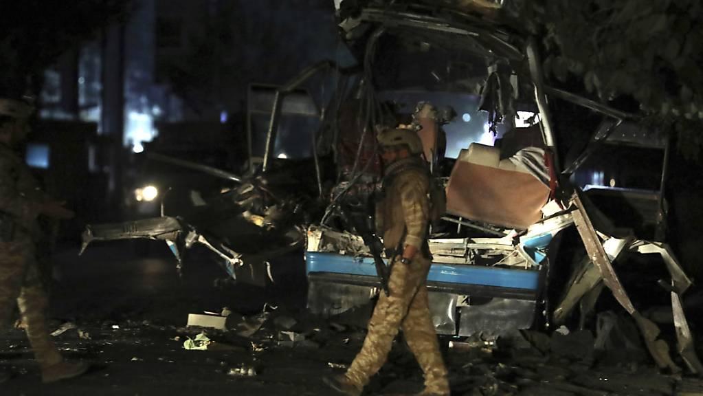 Afghanisches Sicherheitspersonal inspiziert den Ort einer Bombenexplosion in der Hauptstadt Kabul. Foto: Rahmat Gul/AP/dpa