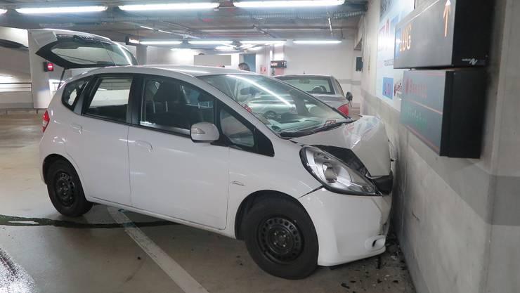 Der Fahrer knallte in die Parkhauswand. Das Auto ist nur noch Schrott.