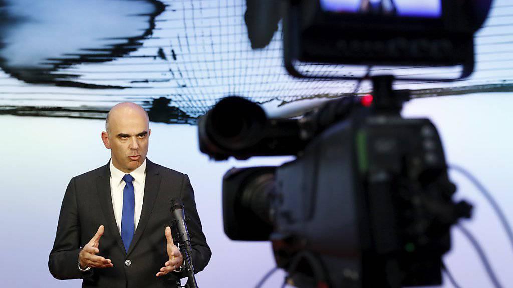 Bundesrat Alain Berset trat kurz nach der Schlussabstimmung über die Reform der Altersvorsorge vor die Medien. Er rief dazu auf, die Vorlage nun in Ruhe zu analysieren.