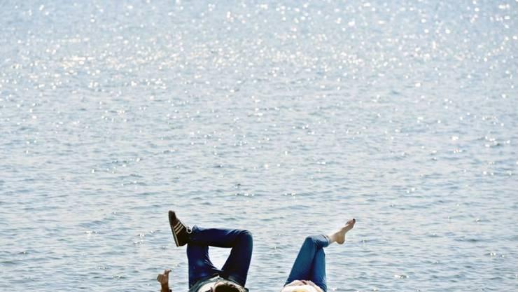 Schweizer Männer legen Wert auf Beziehung und Familie sowie Freizeit. Ein Paar am Ufer des Zürichsees (Symbolbild)