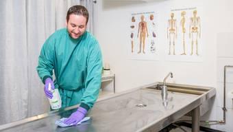 Sandro Güntert 2017 im Hygieneraum des Bestattungsinstituts. (Archivbild)