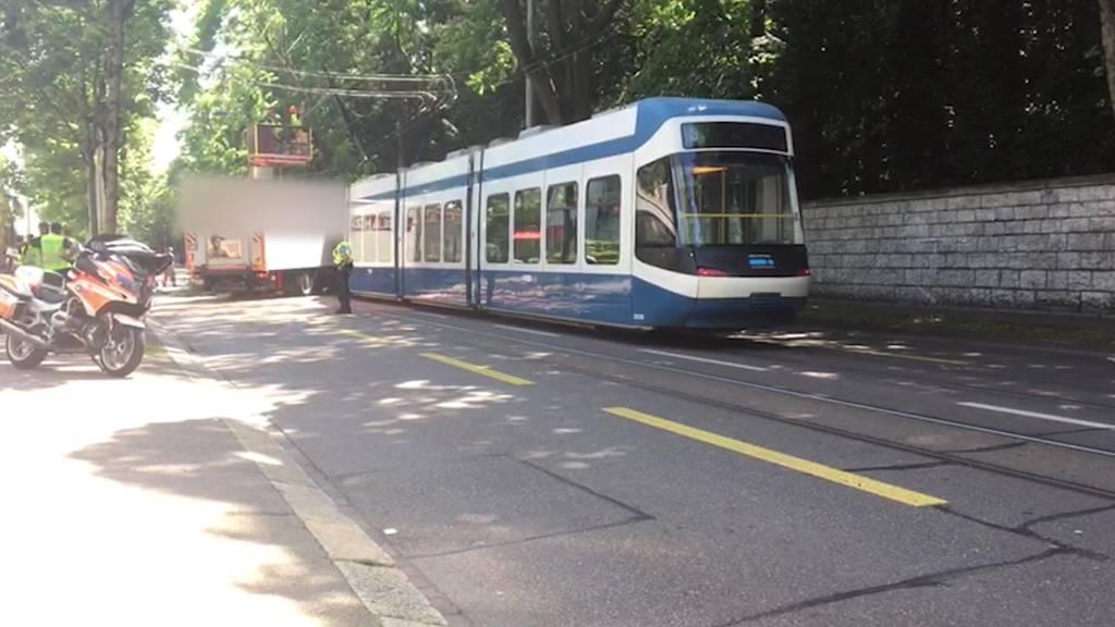 Tram kracht in Lastwagen - Mehrere Personen verletzt