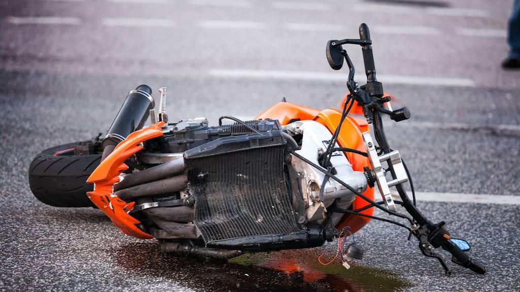 Zeugen gesucht nach Kollision von Motorrad und Lieferwagen