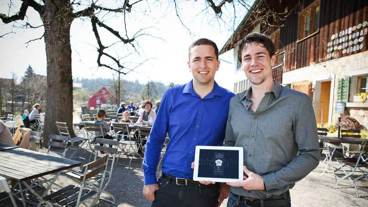 Simon Michel (links) und Roman Lickel mit ihrer App bei ihrem Pilotkunden, dem Juckerhof in Seegräben.