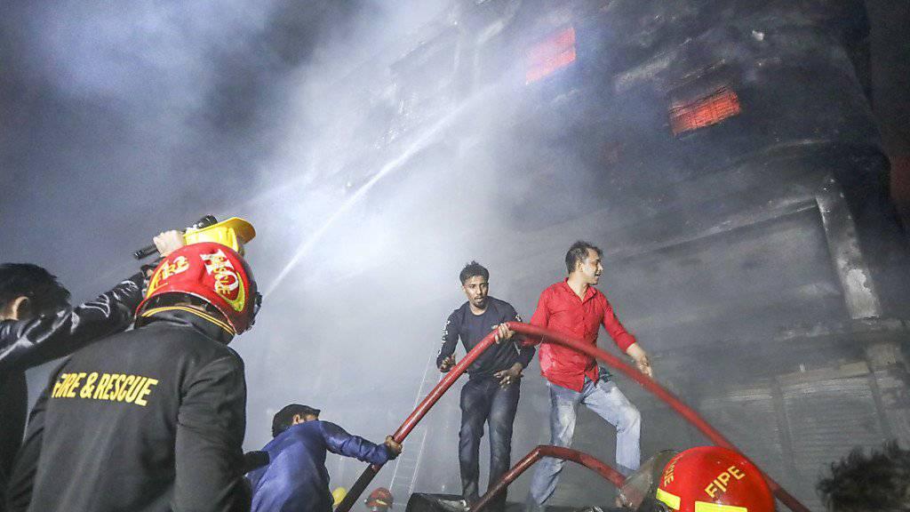 In Bangladesch kämpften Einsatzkräfte in der Nacht auf Donnerstag mit einem Grossbrand.
