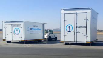 Mit sogenannten «Cool Dollies» wird der gekühlte Transport zwischen Lager und Flugzeug sichergestellt.