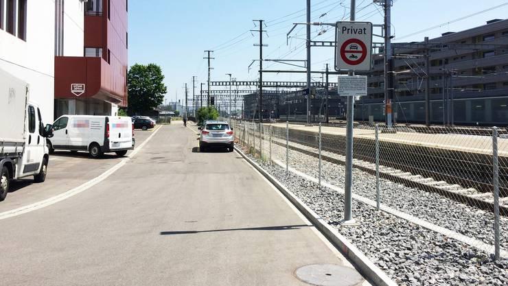 Im Sommer 2019 kam es zu einem tödlichen Unfall am Bahnhof Aarau: Zwei Männer hielten sich zusammen mit Landsleuten beim Mediapark-Gebäude östlich des Bahnhofs auf.
