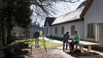 Die Schweizerische Flüchtlingshilfe und das Kinder-Hilfswerk Unicef kritisieren die Methoden des SEM, um das Alter der Asylbewerber zu überprüfen.