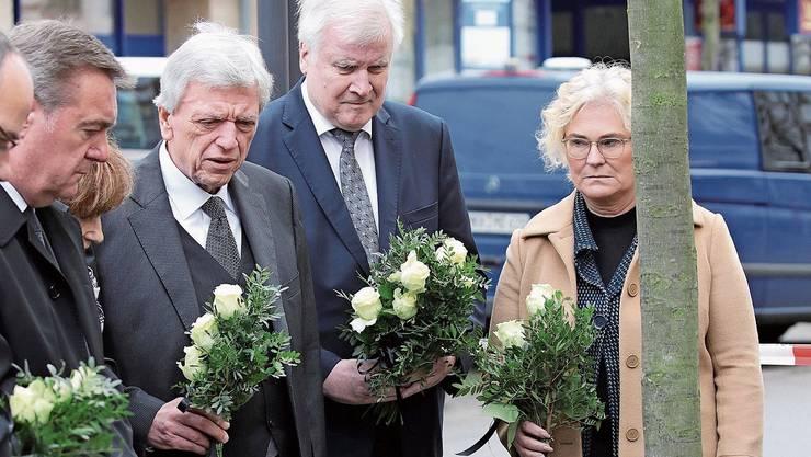 In Trauer: Justizministerin Lambrecht, Innenminister Seehofer und Ministerpräsident Bouffier (v.r.).