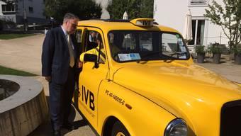 IVB-Präsident Marcel W. Buess und Geschäftsführer Marcel Schneiter mit dem umgebauten Londoner Taxi, das bereits seit vier Jahren treue Dienste verrichtet - selbstverständlich mit Rechtssteuerung.