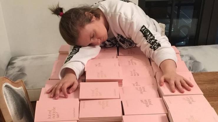 """Lena Dunham, eingeschlafen über den paar hundert Büchern """"Is it evil, not to be sure?"""", die sie signiert hat. (Twitter)"""