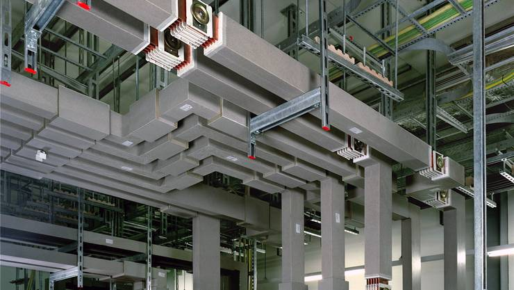 Stromschienen kommen zum Einsatz, wo sehr viele Kabel nötig wären, um grosse Energiemengen zu transportieren.