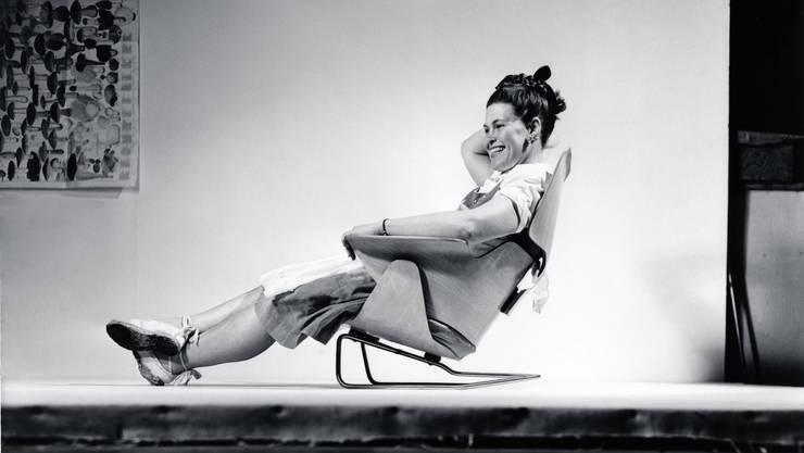 Ray Eames sitzt in einem Prototyp des «Lounge Chair».