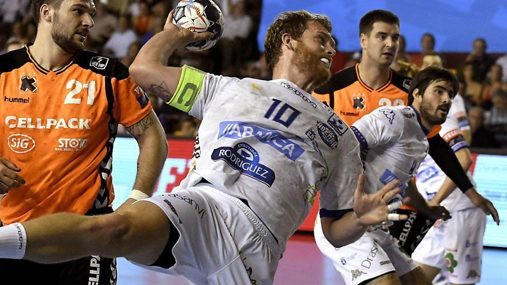 Ademar Leons Diego Pineiro setzt zum Abschluss an.