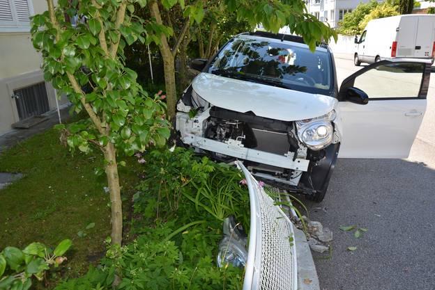 Eine 81-jährige Frau verwechselt beim Parkieren das Gas- mit dem Bremspedal und landet im Gartenzaun.