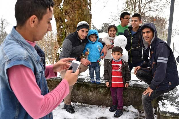 Am Samstagmorgen hatte es geschneit – Anlass zum Gruppenfoto mit dem ersten Schneemann des Winters auf der Fridau.