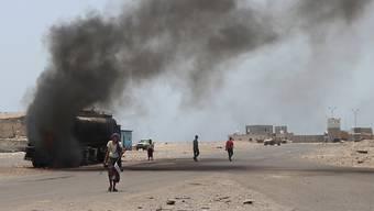 Bei einem Luftangriff im Südwesten des Jemens sind nach Angaben der Huthi-Rebellen mindestens 60 Menschen getötet worden, die von ihnen gefangengehalten wurden. Weitere 50 Personen seien verletzt worden. (Archivbild)