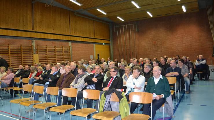 Die 99 anwesenden Stimmberechtigten folgten aufmerksam dem Geschehen an der Gemeindeversammlung und brachten ihre Interessen rege mit ein. kas
