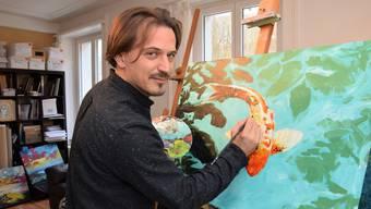 Fast alles ist bereit für die Ausstellung: «Es fehlt nicht mehr viel», sagt Künstler Nik Përgjokaj, hier an der Arbeit in seinem Atelier in Villigen.