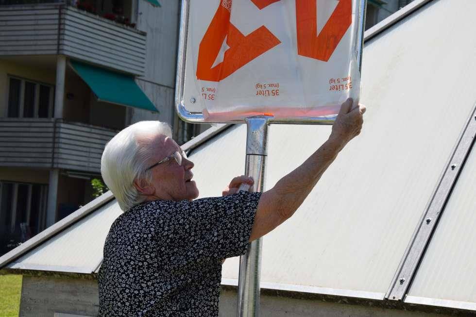 Anwohnerin  Anneliese Adolph findet das Verbot daneben und überklebt es mit einem Kehrichtsack. (© Marco Latzer / Blick)