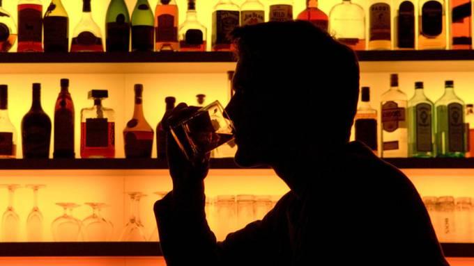Bars, die nur sitzende Gäste bedient, und die das Schutzkonzept einhalten, müssen keine Kontrollen machen. (Symbolbild)
