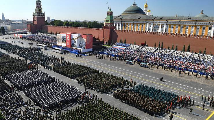 Zum 75. Jahrestag des Sieges der Sowjetunion über Hitler-Deutschland hat auf dem Roten Platz in Moskau die grösste Militärparade der russischen Geschichte begonnen. Mehr als 13'000 Soldaten marschierten bei sonnigem Wetter auf - dicht an dicht und ohne Schutzmasken.
