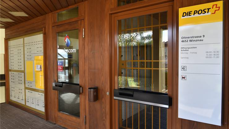 Ein Bild aus mittlerweile vergangenen Zeiten: Die Post zügelte bereits im November 2015 in den Top-Shop, nun wird auch die Telefonkabine geschlossen.Bruno Kissling