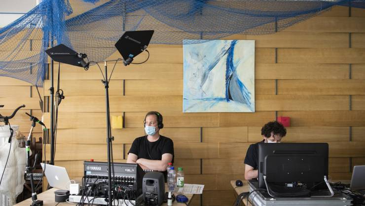 """An der diesjährigen Online-Ausgabe der Solothurner Literaturtage haben Licht- und Tontechniker eine zentrale Aufgabe. So auch im Hintergrund des Lifestreams von """"Skriptor Lyrik"""" am Samstag: Lyrikerin Ruth Loosli stellte unveröffentlichte Gedichte zur Debatte."""