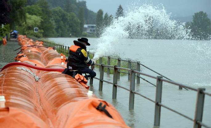 Prekäre Lage beim Rhein in Wallbach: Die Feuerwehr steht im Dauereinsatz
