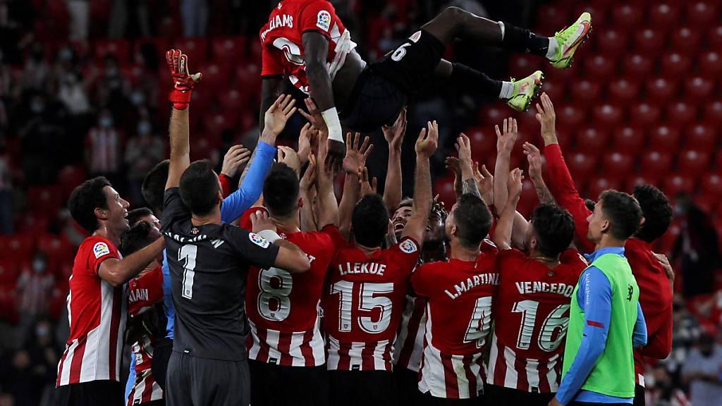 Bilbaos Spieler lassen Inaki Williams nach dem Rekord hochleben.