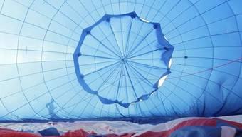 Ein Heissluftballon wird zum Starten klar gemacht (Symbolbild)