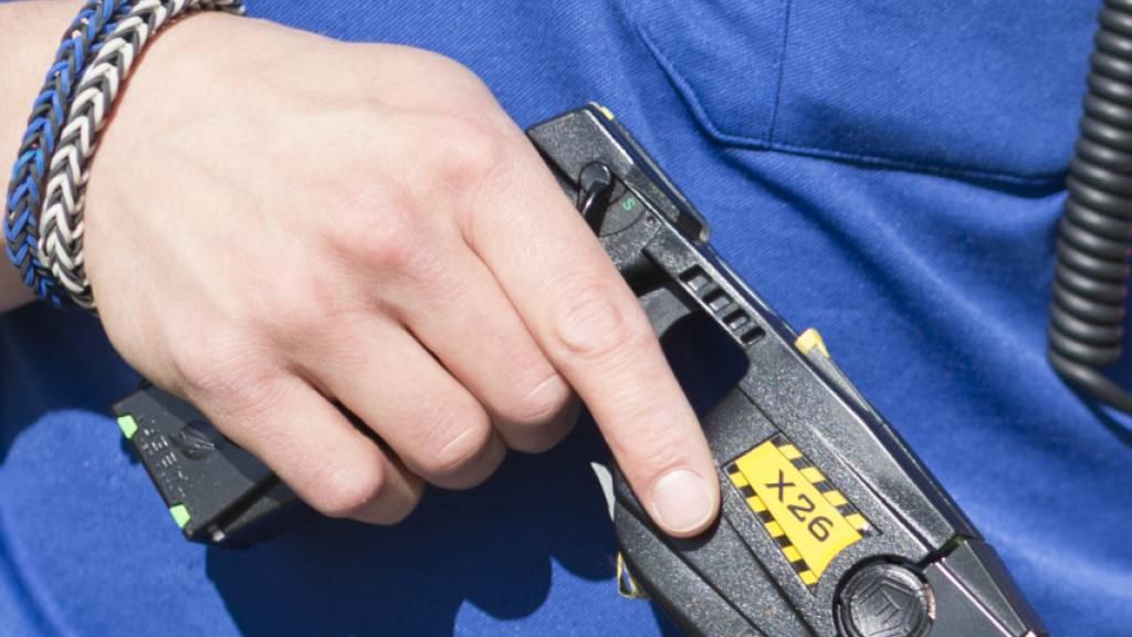 Die Zahl der Einsätze von Elektroimpulspistolen, sogenannter Taser, hat bei den Polizeikorps im vergangenen Jahr zugenommen: Rückläufig waren daagegen die Schusswaffeneinsätze. (Archivbild)