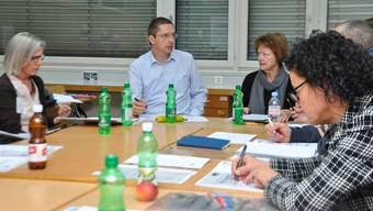 Hans-Peter Eckstein und Susanne Plüss (Mitte) erläutern einer Arbeitsgruppe das wichtige Thema «Altern am Mutschellen». Carmen Frei
