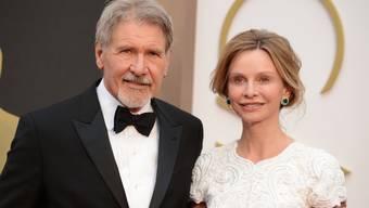 Teilen nicht nur das Bett, sondern auch die Brille: Das Schauspieler-Ehepaar Harrison Ford und Calista Flockhart (Archiv).