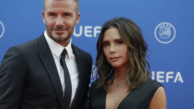Über Ex-Fussballer David Beckham (r.) und seine Ehefrau, Sängerin und Designerin Victoria Beckham, ist in den letzten Jahrzehnten so viel Unwahres verbreitet worden, dass die beiden gar nicht mehr hinhören. (Archivbild)