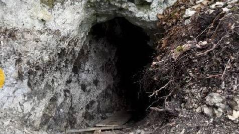 Unbekannte graben archäologische Fundstätten aus