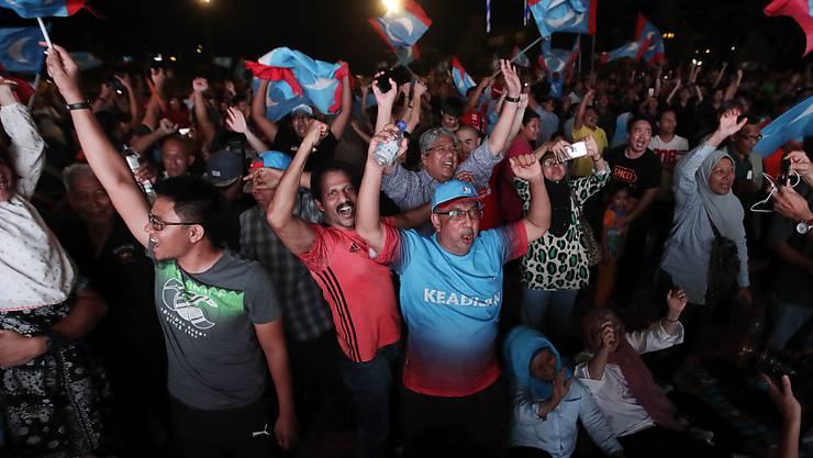In Malaysia gab es nach dem Wahlsieg der Opposition bei der Parlamentswahl vielerorts Freudenfeiern auf den Strassen.