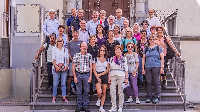 Chormitglieder vor der Klosterkirche Pfäfers