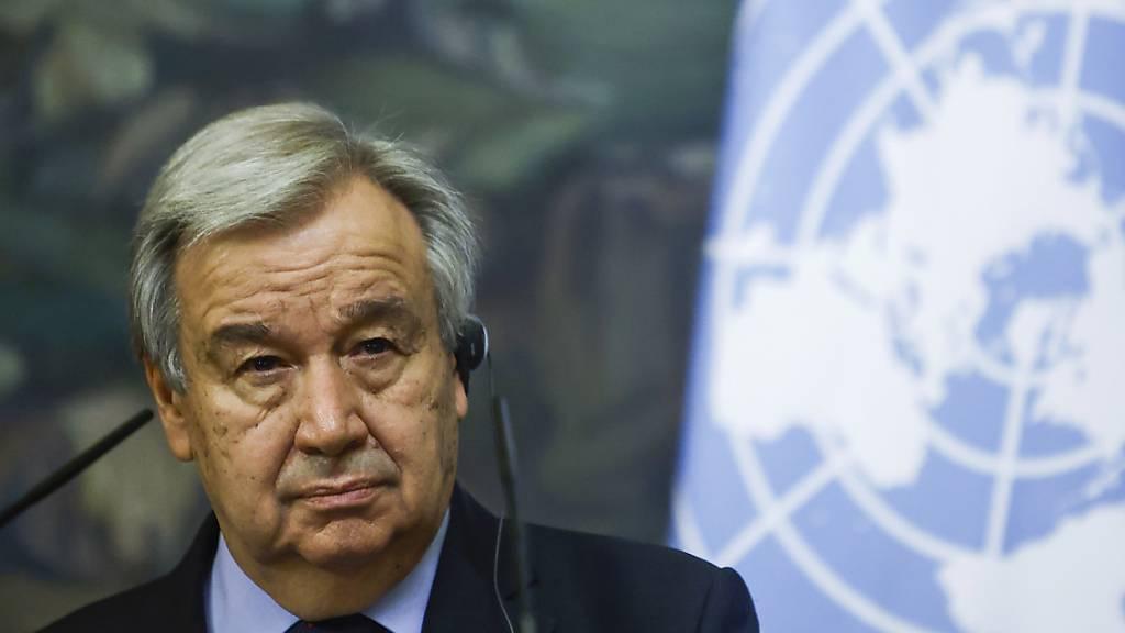 UN-Generalsekretär Antonio Guterres nimmt an einer Pressekonferenz teil. Über den Anschlag in Burkina Faso mit mehr als 100 Toten hat er sich erschüttert gezeigt. Foto: Maxim Shemetov/Pool Reuters/AP/dpa