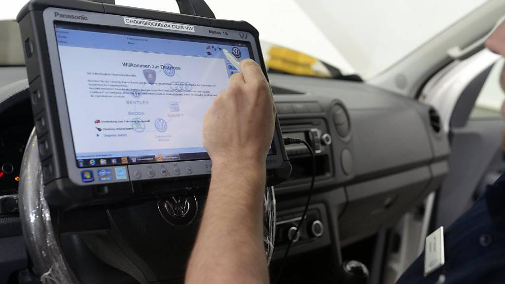 Wegen eines Software-Updates bei Bremsregelsystemen müssen in der Schweiz rund 22'000 Autos zurück in die Werkstatt.