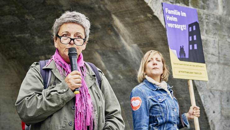 Petitionsübergabe, offener Brief und Aktion der Kampagne «Armenhäuser Nein!» vor dem Regierungsgebäude in Aarau. Im Bild: Gabriela Merlini-Pereira (links) liest den offenen Brief vor. Aufgenommen am 03. September 2019.