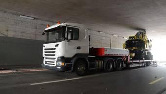 Lastwagen bleibt in Frenkendorf unter Brücke stecken
