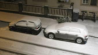 Autos im Schnee im Zürcher Kreis 6 am Montagabend.
